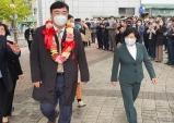 상하이 중국대사님과 함께 입장하는 신경숙 한중경제문화 교육 협회 이사장