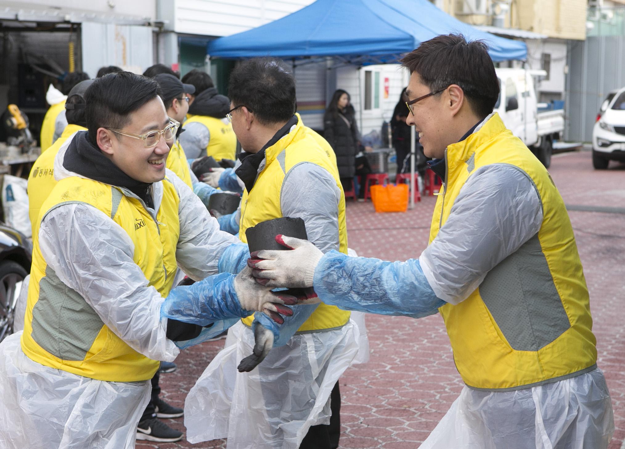 [사진자료] 동서식품, 연탄배달로 소외이웃의 따뜻한 겨울나기 도와 (4).jpg